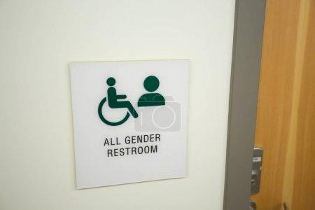 Photo pour Tous les panneaux de toilettes de genre dans une école à l'intérieur montrant que tous les sexes sont égaux ici . - image libre de droit