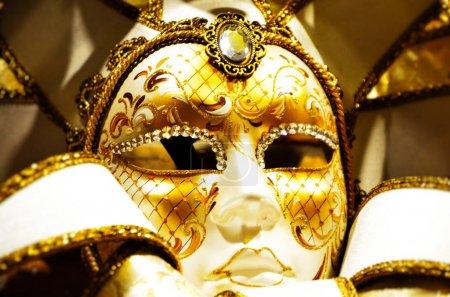 Photo pour Masque vénitien vue de près - tenue de carnaval - image libre de droit
