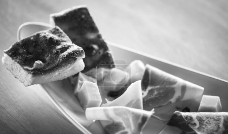 Photo pour Délicieux prosciutto italien et pain fait maison - image libre de droit