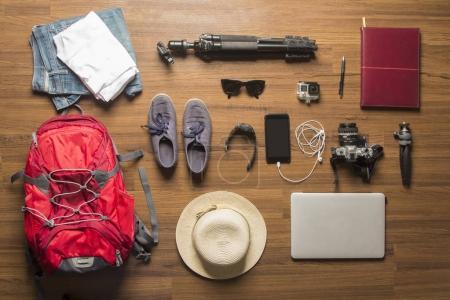 Photo pour Vue aérienne des accessoires de voyage, articles de vacances essentiels, concept de voyage conception de fond - image libre de droit
