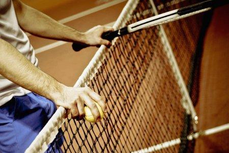 Photo pour Vue en milieu de section d'une personne tenant une raquette et des balles de tennis - image libre de droit