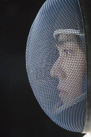 Photo pour Gros plan d'un homme escrimeur portant un masque de clôture - image libre de droit