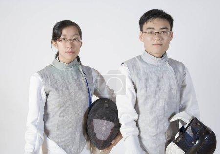 Photo pour Portrait d'un homme et d'une femme portant des masques d'escrime - image libre de droit