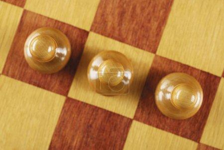 Photo pour Vue à grand angle de trois pièces d'échecs sur un échiquier - image libre de droit