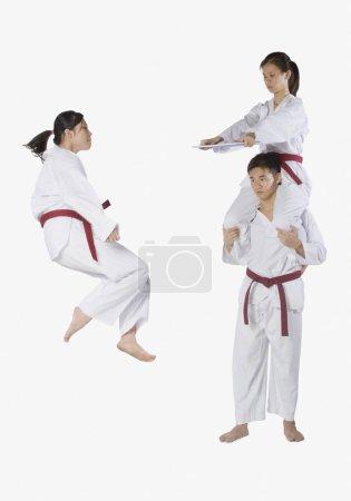 Photo pour Profil d'un jeune homme pratiquant le kickboxing avec deux jeunes femmes - image libre de droit