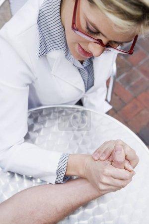 Photo pour Vue en hauteur d'une jeune femme luttant au bras avec un homme - image libre de droit