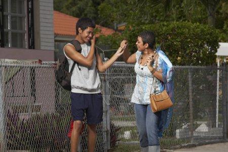 Foto de El niño adolescente y su hermana comparten un ídolo. - Imagen libre de derechos