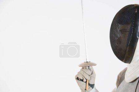 Photo pour Gros plan d'une personne portant un masque d'escrime et tenant une feuille d'escrime - image libre de droit