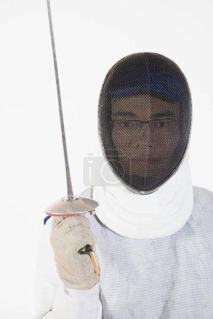 Photo pour Portrait d'un homme portant un masque d'escrime et tenant une feuille d'escrime - image libre de droit