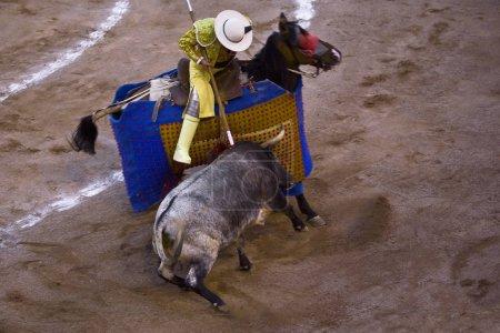 Photo pour Vue à grand angle d'une bataille de taureaux, Plaza De Toros San Marcos, Aguascalientes, Mexique - image libre de droit