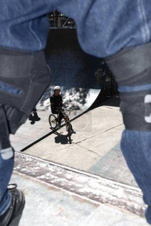 Photo pour Vue à grand angle d'un cycliste - image libre de droit