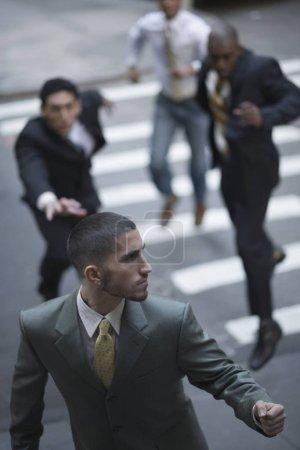 Photo pour Vue en angle des dirigeants d'entreprise à la recherche d'un homme d'affaires - image libre de droit