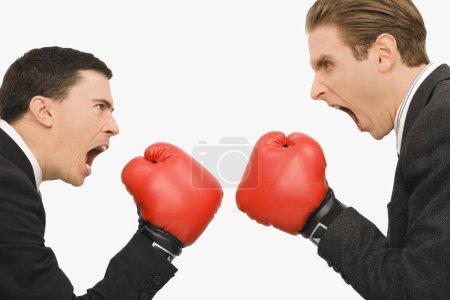 Photo pour Profil latéral de deux hommes d'affaires boxeurs - image libre de droit