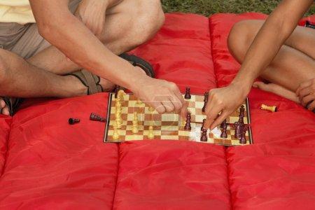 Photo pour Deux hommes jouent aux échecs - image libre de droit