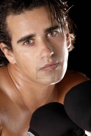 Photo pour Portrait d'un jeune homme portant des gants de boxe - image libre de droit
