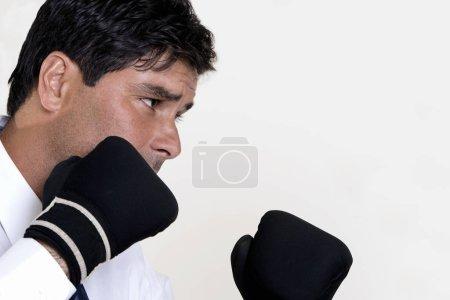 Photo pour Gros plan d'un homme d'affaires portant des gants de boxe - image libre de droit