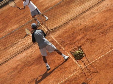 Photo pour Deux joueurs de tennis jouent au tennis - image libre de droit