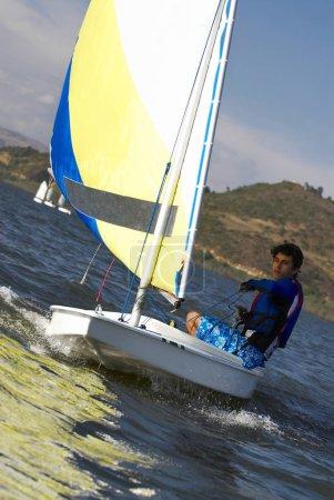 Photo pour Un garçon participe à une course de voiliers - image libre de droit