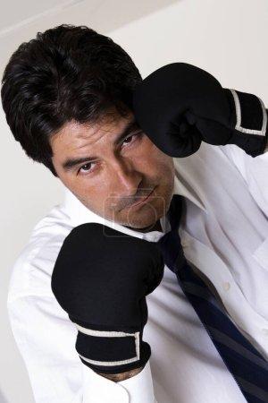 Photo pour Portrait d'un homme d'affaires avec des gants de boxe - image libre de droit