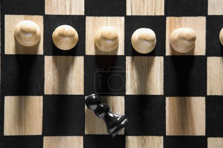 """Photo pour Vue à grand angle des pièces d """"échecs sur un échiquier - image libre de droit"""