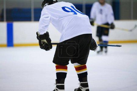 Photo pour Vue arrière d'un joueur de hockey sur glace - image libre de droit