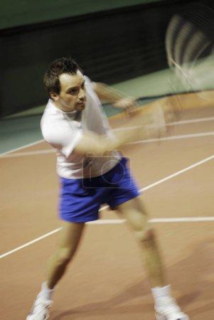 Photo pour Gros plan d'un homme d'âge moyen jouant au tennis - image libre de droit
