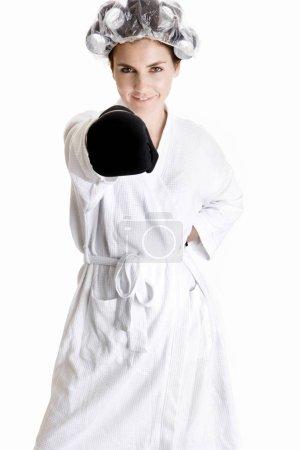 Photo pour Portrait d'une jeune femme qui frappe au poing - image libre de droit