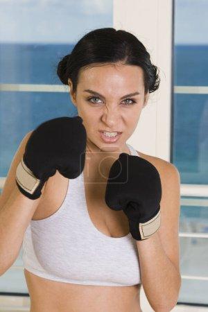 Photo pour Portrait d'une jeune femme portant des gants de boxe - image libre de droit