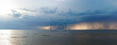 Photo pour Vue panoramique de nuages lourds à la Mare Balticum - image libre de droit