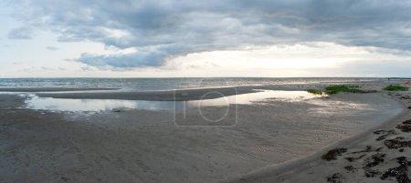 Photo pour Vue panoramique de nuages lourds, Estonie - image libre de droit
