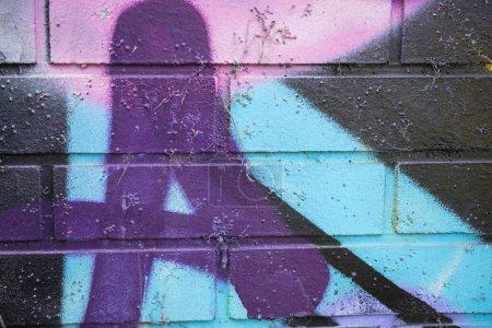Photo pour Des étiquettes de graffitis modernes sur un mur de brique - image libre de droit