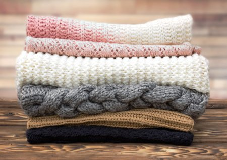 Hiver tricot pile de vêtements sur fond en bois