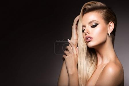 Photo pour Portrait glamour du modèle belle fille avec maquillage et coiffure romantique. Surligneur brillant mode sur la peau, maquillage lèvres gloss sexy et sourcils foncés. - image libre de droit