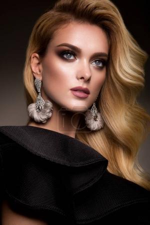 Photo pour Fille belle avec maquillage lumineux et belle coiffure en robe noire - image libre de droit