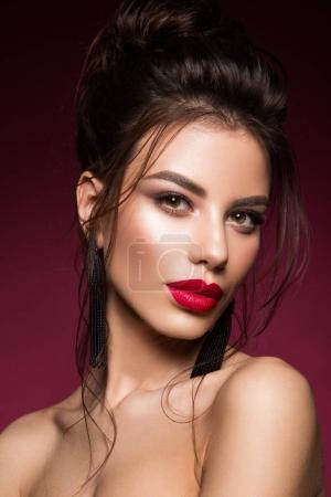 Foto de Magnífico retrato de la cara de morena joven. Modelo de bellezas con cejas brillantes, perfecto labios maquillaje, rojo, tocar su cara. Señora sexy maquillaje para fiesta. - Imagen libre de derechos