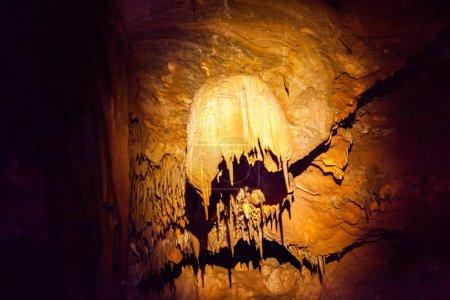 Photo pour Scène de l'incroyable grotte bulgare Venetsa - image libre de droit