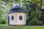 """Постер, картина, фотообои """"Старый исторический чайный домик. Живописный восточный чайный домик в замковом парке в Почине."""""""