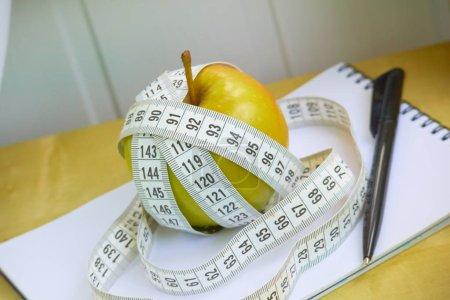 Photo pour Suivez le portable apple alimentation - image libre de droit
