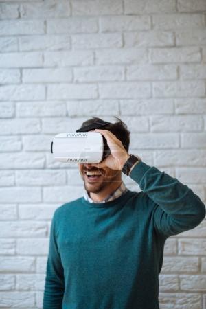 Photo pour Homme attrayant portant casque de réalité virtuelle . - image libre de droit
