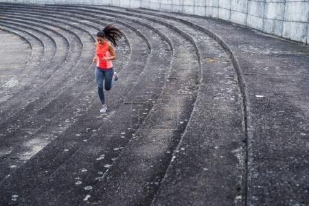 Photo pour Attrayant et jeune femme sportive courant à l'extérieur . - image libre de droit