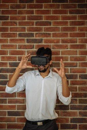 Photo pour Portrait rapproché d'un homme portant un casque de réalité virtuelle . - image libre de droit