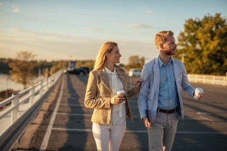 Foto de Dos colegas disfrutando de la hora del café y teniendo una reunión al aire libre . - Imagen libre de derechos