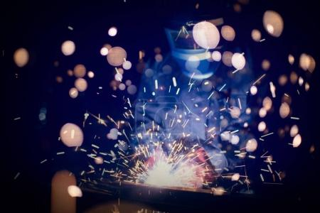Photo pour Soudage de l'acier avec des étincelles en utilisant mig mag soudeur - image libre de droit