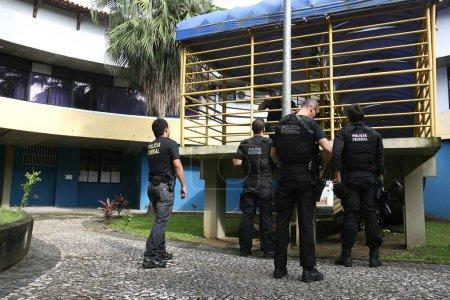 Photo pour ITABUNA, BAHIA / BRESIL - 13 décembre 2011 : Des agents de la Police fédérale procèdent à des perquisitions et à des arrestations au Conseil municipal pour enquête sur des détournements de fonds dans la ville d'Itabuna . - image libre de droit