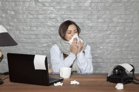 Photo pour Femme d'affaires malades travaillant sur une promotion - image libre de droit