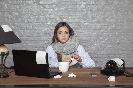 Photo pour Femme d'affaires malade, toujours dans le Bureau - image libre de droit