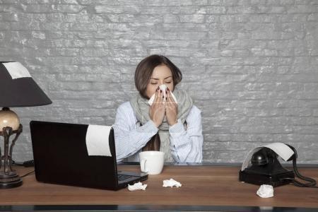 Photo pour Malade de femme d'affaires, consacre sa santé au travail - image libre de droit