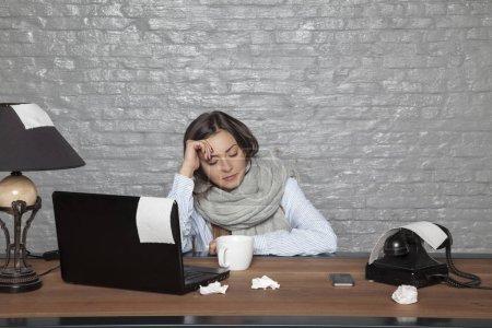 Photo pour Femme d'affaires malade est endormi au bureau - image libre de droit
