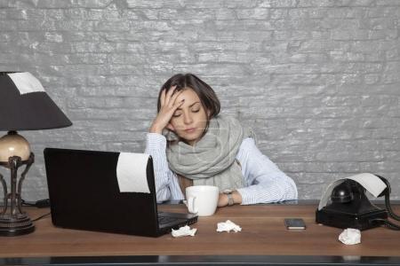 Photo pour Une femme d'affaires malade ne peut pas se concentrer sur le travail - image libre de droit