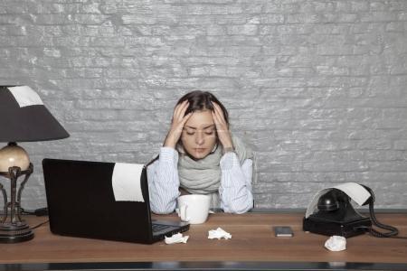 Photo pour Une femme d'affaires malade a mal à la tête d'un rhume - image libre de droit